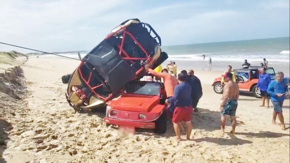 Off-road acabou se lançando sobre o buggy, e os dois carros ficaram 'enroscados' — Foto: Redes Sociais