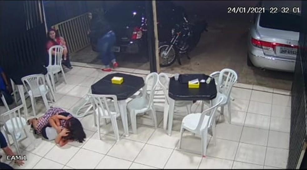 Mulher protege criança durante assalto em lanchonete, no Recanto das Emas, no DF — Foto: Reprodução