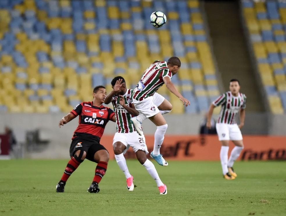 Walter disputa a bola com dois jogadores do Fluminense (Foto: André Durão / GloboEsporte.com)