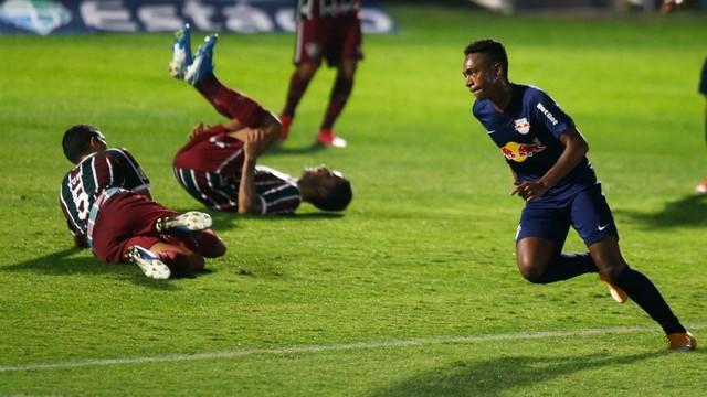 Luis Phelipe sai para comemorar gol da vitória do Bragantino. Ao funo, jogadores do Fluminense desabam