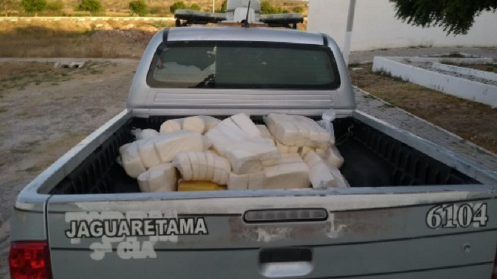 O suspeito foi conduzido para a Delegacia Municipal de Jaguaretama, onde foi autuado em flagrante por roubo, receptação e posse ilegal de arma de fogo. (Foto: SSPDS/Divulgação)