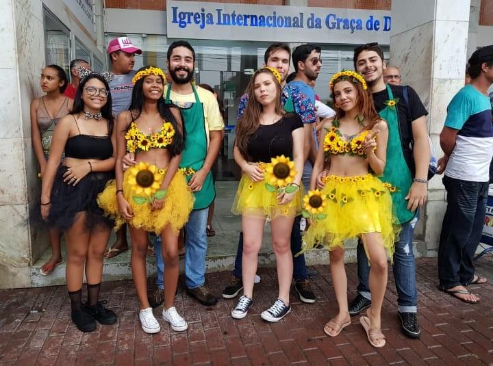 Pouco dinheiro e o desejo de aproveitar o carnaval estimulam jovens na confecção das próprias fantasias em Caruaru