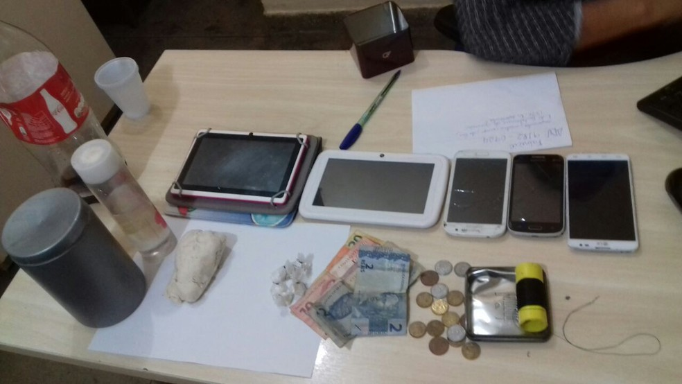 -  Droga e eletrônicos apreendidos pela polícia durante a operação  Foto: Divulgação/Polícia Civil