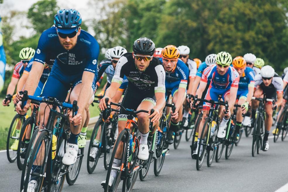 Além de se prepararem fisicamente, ciclistas de estrada também precisam desenvolver a habilidade de pedalar com outros competidores muito próximos — Foto: Unsplash