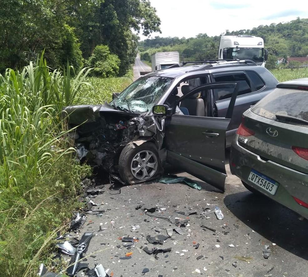 Batida entre dois carros deixa mortos na BR-101, no sul da Bahia — Foto: Arquivo Pessoal