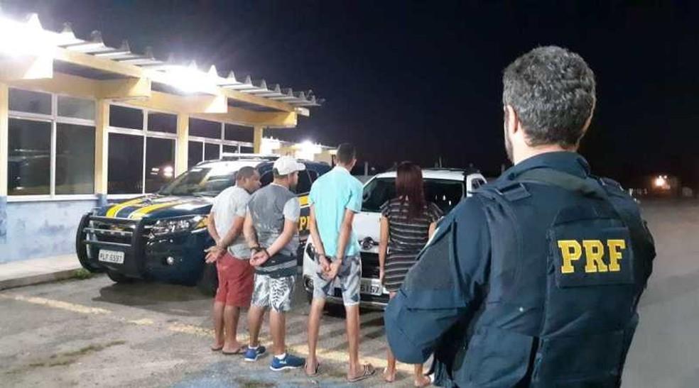 Conforme PRF, caso ocorreu na altura da cidade de Senhor do Bonfim, no KM-117. Grupo foi encaminhado para a delegacia da cidade.  — Foto: Polícia Rodoviária Federal