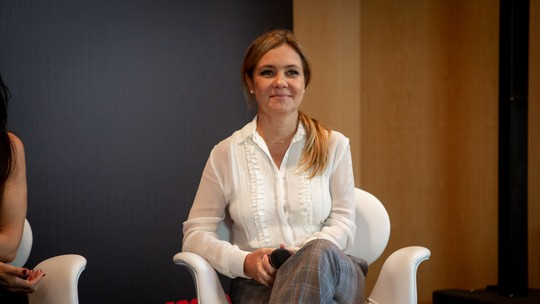 Adriana Esteves destaca nova parceria com Amora Mautner e elogia a diretora de 'Assédio': 'Criativa e talentosa'
