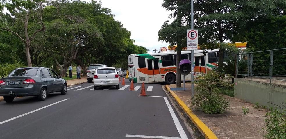 Ônibus ficou enroscado em valeta no Parque do Povo — Foto: Heloise Hamada/TV Fronteira