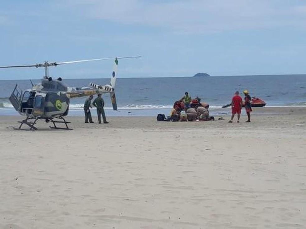 Piloto fica ferido após paramotor cair no mar em Pontal do