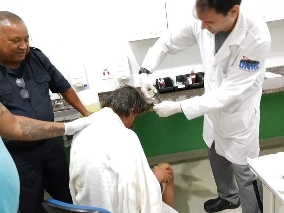 Médicos cortam cabelo de morador de rua na UPA de Peruíbe (SP) ? Foto:  Bruno Chehade/Arquivo pessoal
