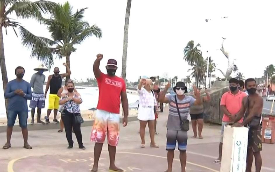 Vendedores ambulantes de Itapuã protestam contra horário de restrição de vendas
