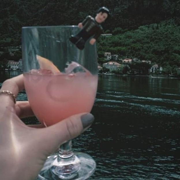 A atriz Lily James brincando com o bonequinho do namorado, o ator Lily James (Foto: Instagram)
