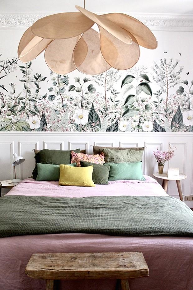 Décor do dia: papel de parede botânico no quarto de casal (Foto: Divulgação)