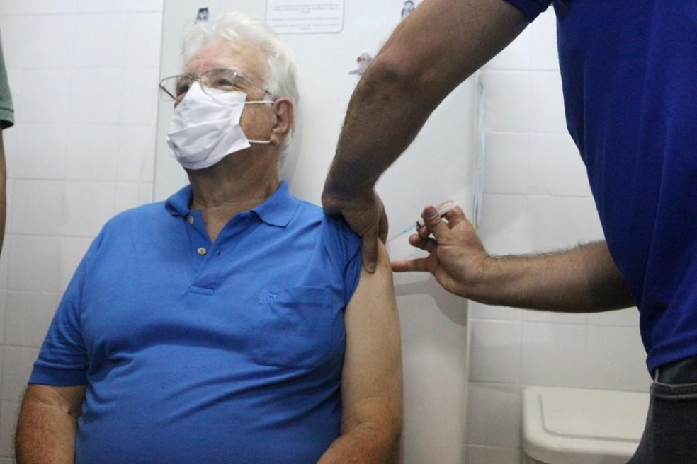 Fiscal sanitário, René Américo é o 1º vacinado contra a Covid-19 em Nova  Friburgo, no RJ | Região Serrana | G1