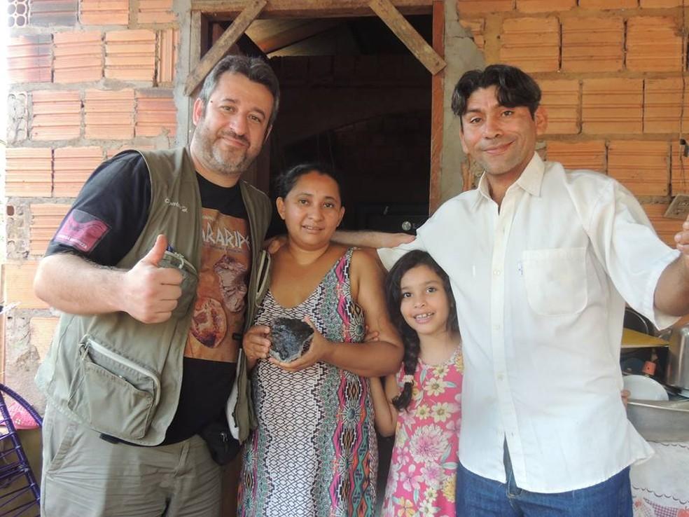 Pesquisador e a diretora da escola, Rita de Cassia da Silva, com uma amostra do meteorito (Foto: Paulo Matioli)