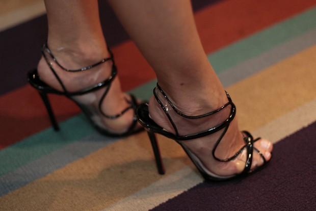 Detalhe dos pés de Antônia Fontenelle em pré-estreia de peça no Rio (Foto: Isac Luz/ EGO)