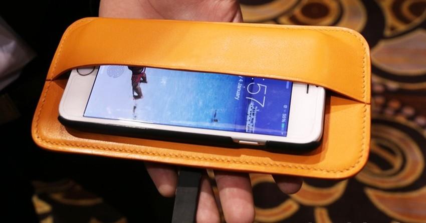 Carteira inteligente protege o celular enquanto carrega a bateria