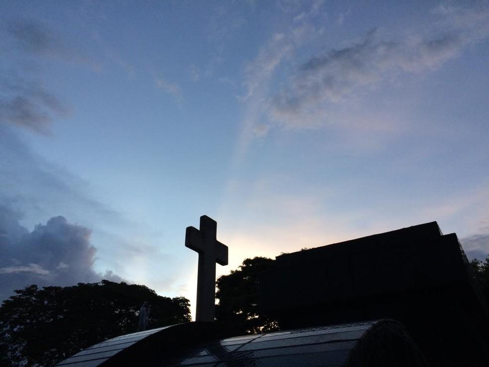 Depois da chuva, um arco-íris marcou o céu sobre o cemitério em Suzano, onde os corpos de cinco vítimas são enterrados nesta quinta (14). — Foto: Glauco Araújo/G1 SP