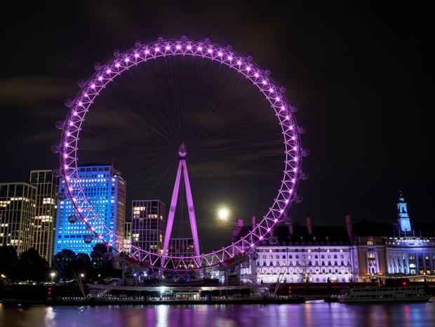 A harvest moon rises behind the London Eye. (Photo by John Walton/PA Images via Getty Images) (Foto: PA Images via Getty Images)