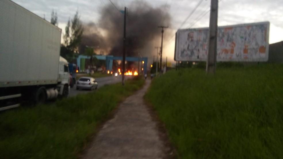 Manifestantes atearam fogo em protesto na BR-101 em Igarassu (Foto: Reprodução/WhatsApp)