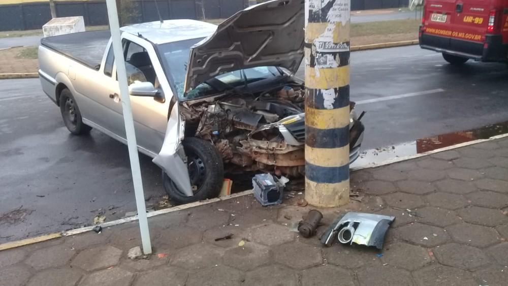 Motorista perde controle de veículo, bate em poste e carro fica com dianteira destruída em MS