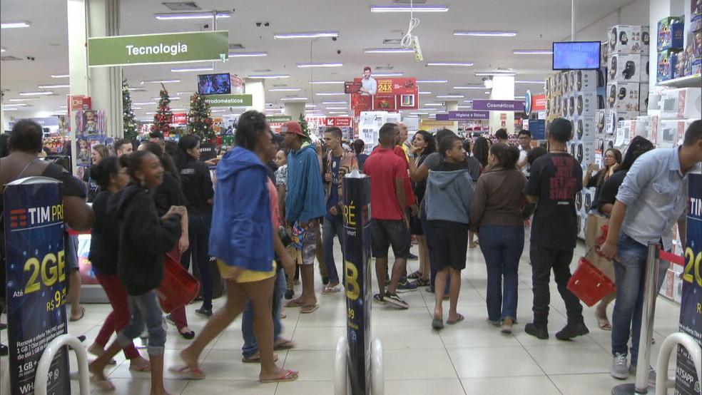 Consumidores em loja do DF durante a Black Friday 2018 — Foto: TV Globo/Reprodução