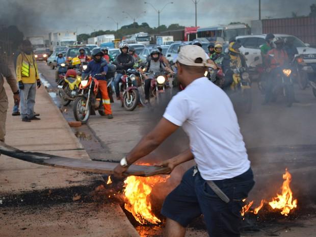 Manifestantes colocaram fogo em pneus para impedir o avanço de carros e motos; a interdição durou pouco mais de uma hora, segundo a PRF (Foto: Toni Francis/G1)