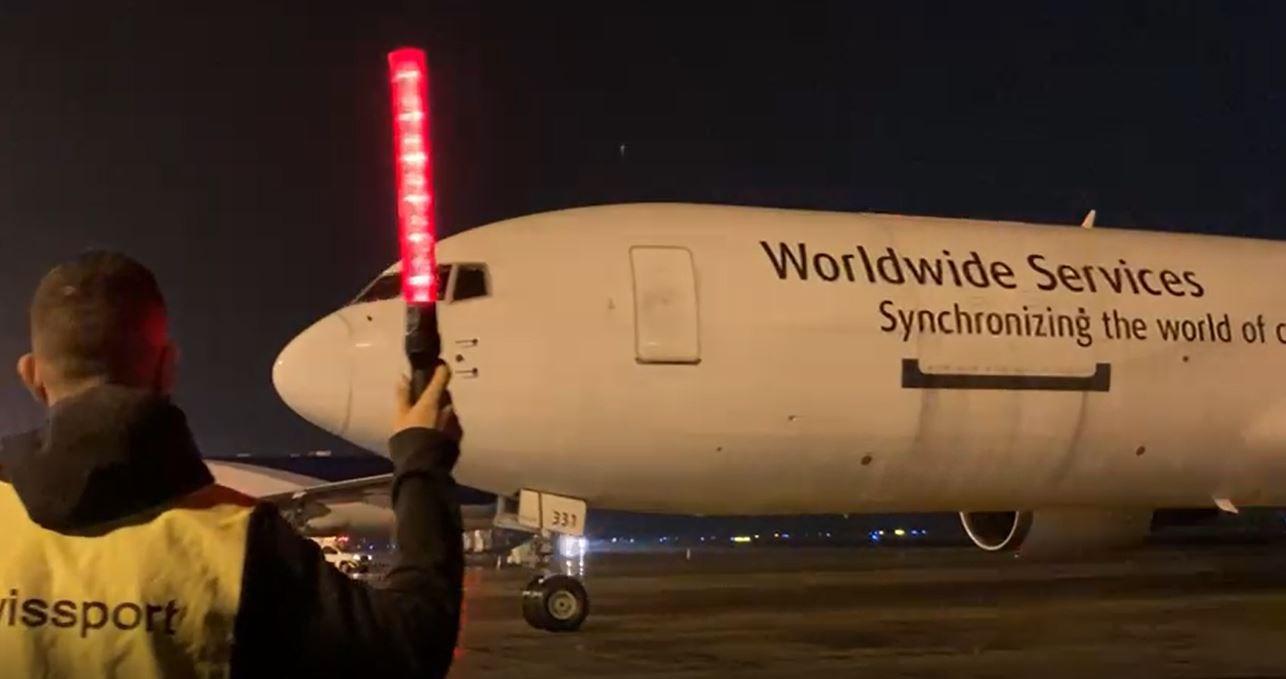 Covid-19: avião com 528 mil doses da vacina da Pfizer chega ao Brasil por Viracopos