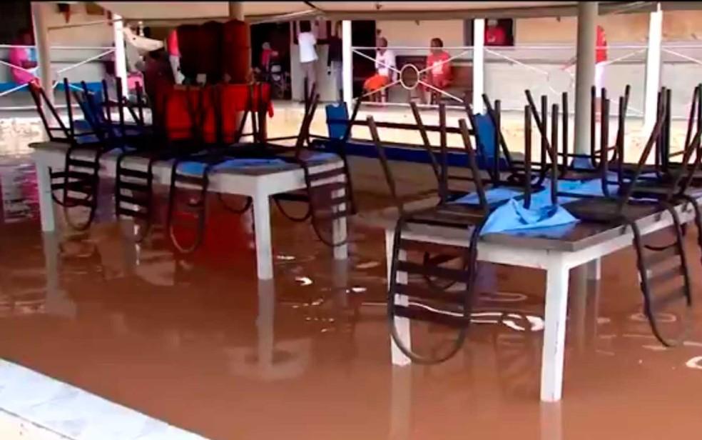 Temporal alagou abrigo e idosos ficaram ilhados em Itabela (Foto: Imagem/Tv Santa Cruz)