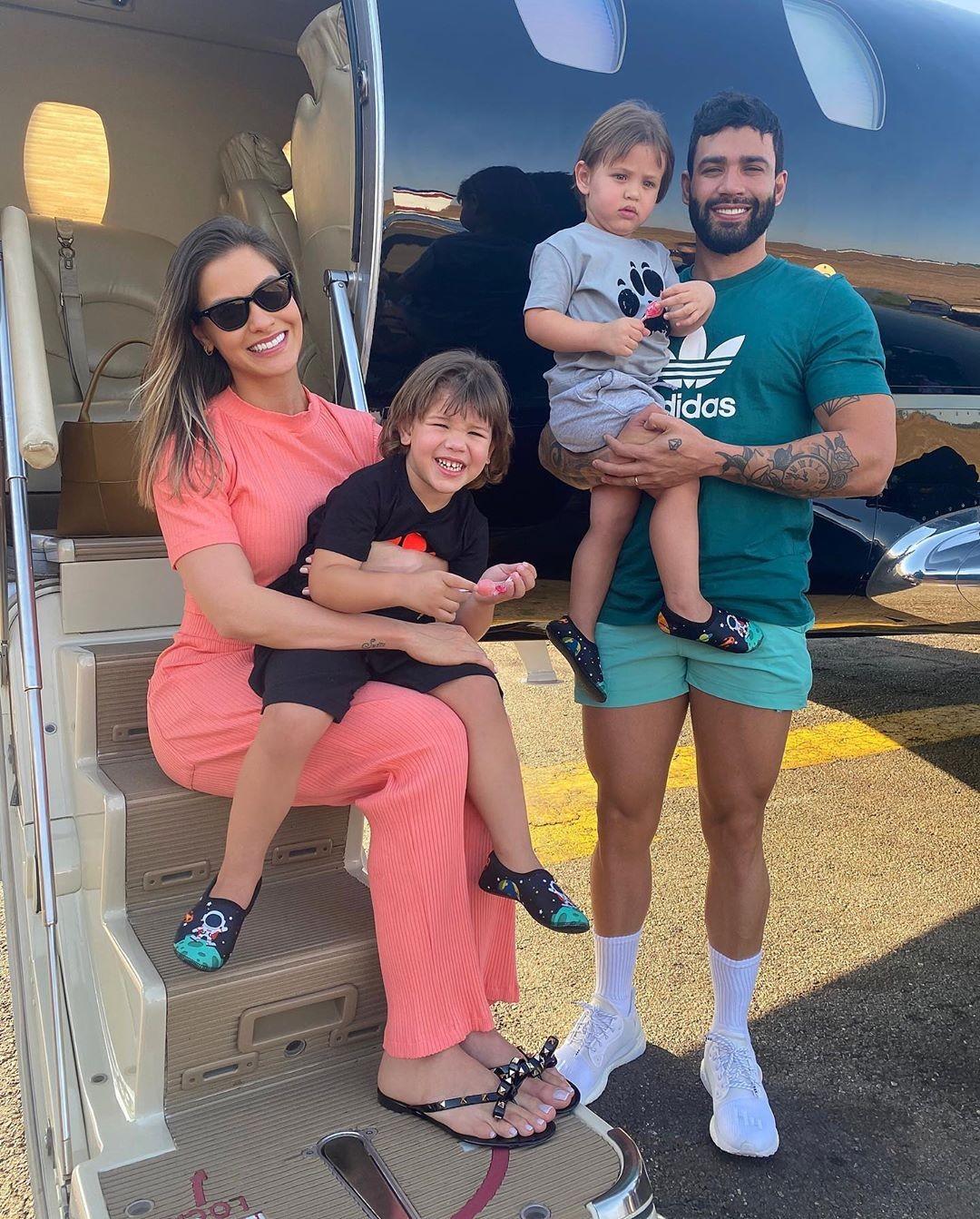 Andressa Suita e Gusttavo Lima com os filhos, Gabriel e Samuel, há uma semanar (Foto: Reprodução Instagram)