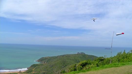 """""""Vai Encarar?"""" se aventura em trilha e voo de asa-delta na Serra das Emerências, em Búzios"""
