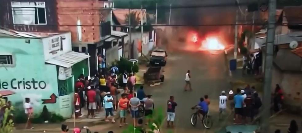 Família da vítima queimou um carro, na terça-feira (2), na casa do suspeito, em São José dos Pinhais — Foto: Arquivo pessoal
