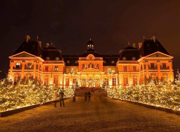 O jardim de entrada do Château de Vaux-le-Vicomte, decorado com luzinhas  (Foto: Instagram/ Reprodução )