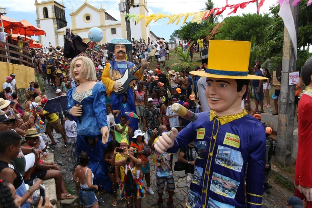Bonecos gigantes desfilam junto com o bloco Bacalhau do Batata nesta quarta-feira (26) — Foto: Aldo Carneiro/Pernambuco Press