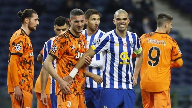 Pepe sorri junto de Merih Demiral em Porto x Juventus