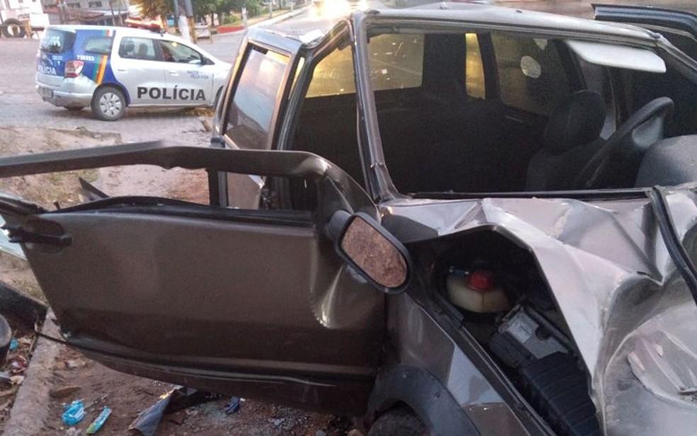 Carro colidiu com uma mureta na BR-101, em Abreu e Lima, no Grande Recife; cinco pessoas ficaram feridas no acidente (Foto: PRF/Divulgação)