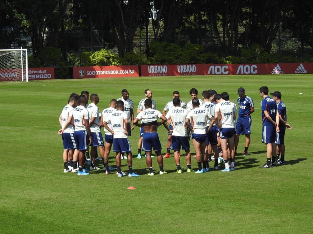 Fernando Diniz passa instruções ao elenco do São Paulo antes de treino — Foto: Marcelo Hazan