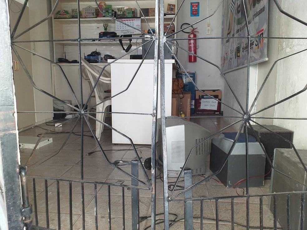 Funcionários estimam que os infratores tenham levado cerca de R$ 2 mil em equipamentos eletrônicos — Foto: Arquivo Pessoal