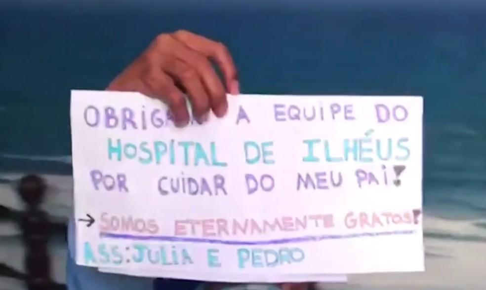 Filhos levaram cartazes com agradecimentos às equipes que trataram o médico — Foto: Reprodução/TV Santa Cruz