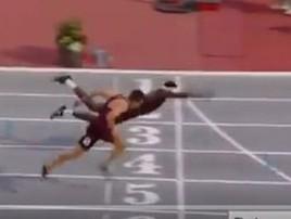 Atleta 'Superman' se joga na chegada e leva prova nos EUA; vídeo (reprodução/Vídeo)