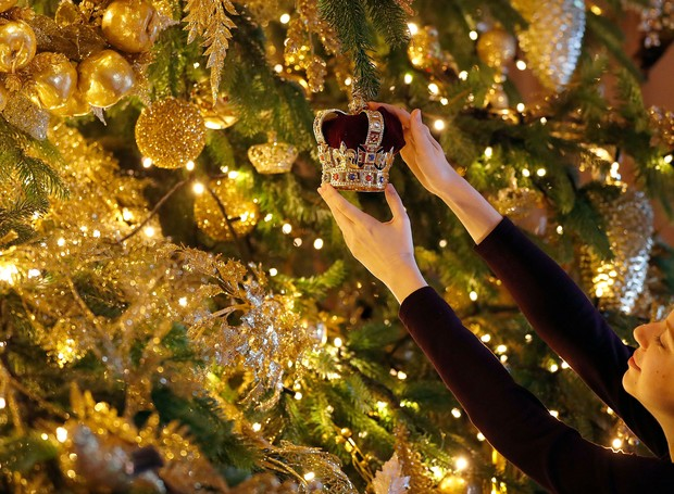 Mandatory Credit: Photo by Frank Augstein/AP/REX/Shutterstock (10004371a)A 20ft Nordmann Fir tree from Windsor Great Park, entirely dressed in gold, is decorated and stands at the end of St George's Hall, at Windsor Castle in Windsor, EnglandRoyals Chri (Foto: Frank Augstein/AP/REX/Shuttersto)