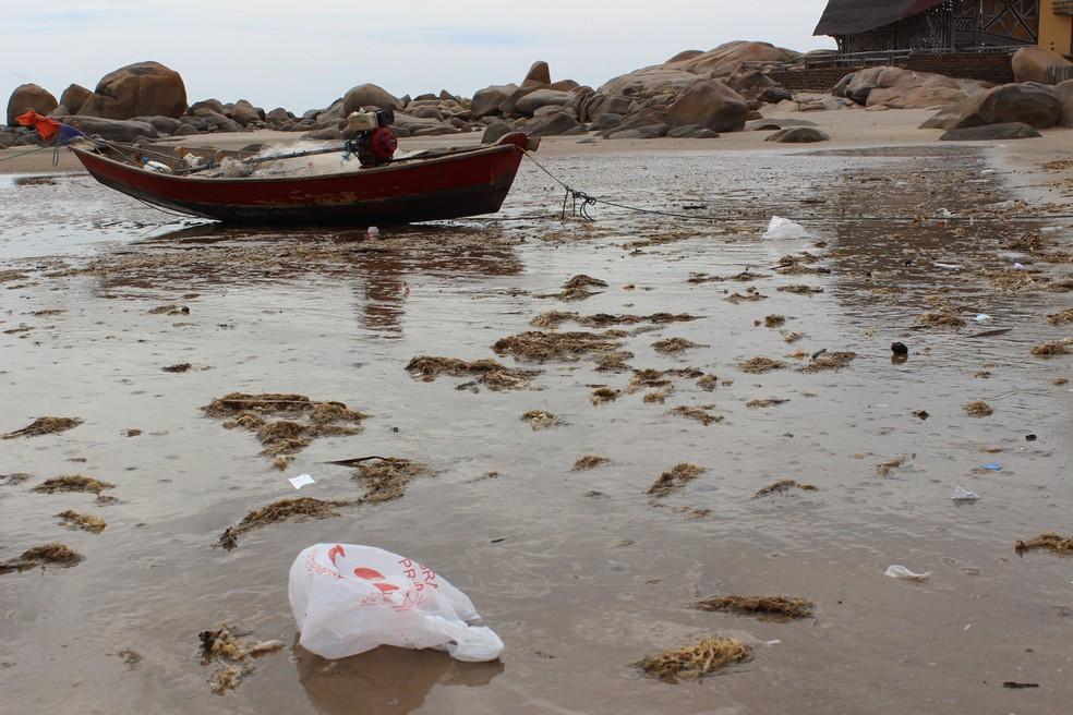 Frequentadores não respeitam o meio ambiente e jogam plástico na praia. — Foto: Patrícia Andrade/G1