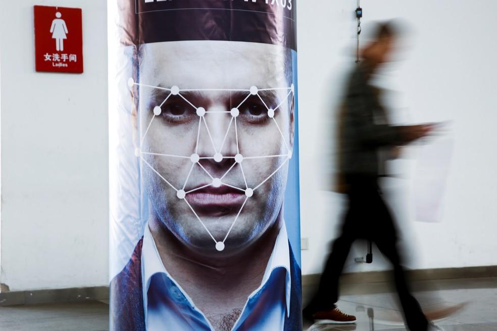 AWS afirma que deve haver um aviso quando a tecnologia de reconhecimento facial são usadas em conjunto em locais públicos ou comerciais. — Foto: REUTERS/Thomas Peter
