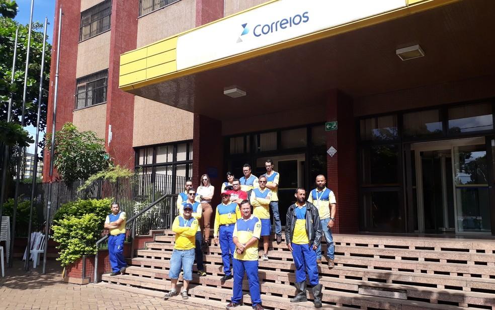 Funcionários dos Correios entram em greve em Goiânia por tempo indeterminado; grupo se reuniu em frente à sede da empresa na capital de Goiás, nesta segunda-feira (12) (Foto: Sílvio Túlio/G1)