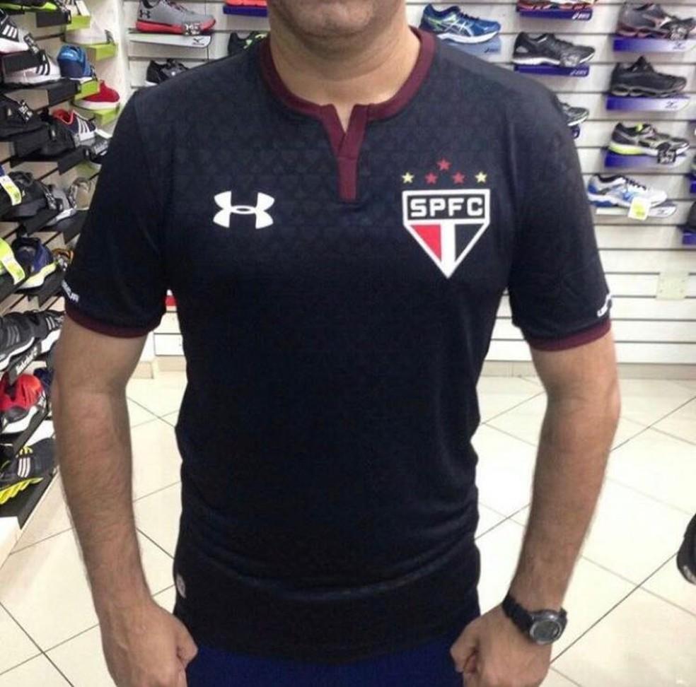 Conselho do São Paulo aprova terceira camisa em reunião no Morumbi