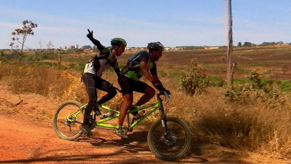 Ciclistas participam de prova de mountain bike na Floresta Nacional de Brasília (Foto: TV Globo/Reprodução)