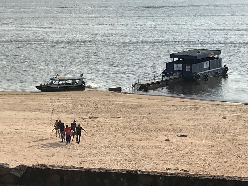 Corpo de sueca chegou em lancha no píer do Tropical, na Zona Centro-oeste de Manaus (Foto: Patrick Marques/G1 AM)