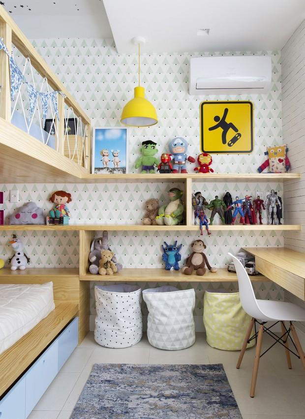Repare que há três tipos de papel de parede aqui: tijolinhos e árvores nas paredes e estrelinhas no teto. Embaixo da estante, cestos de tecido ajudam a manter o espaço em ordem - tudo da LZ Studio Mini (Foto: Denilson Machado/MCA Estúdio)