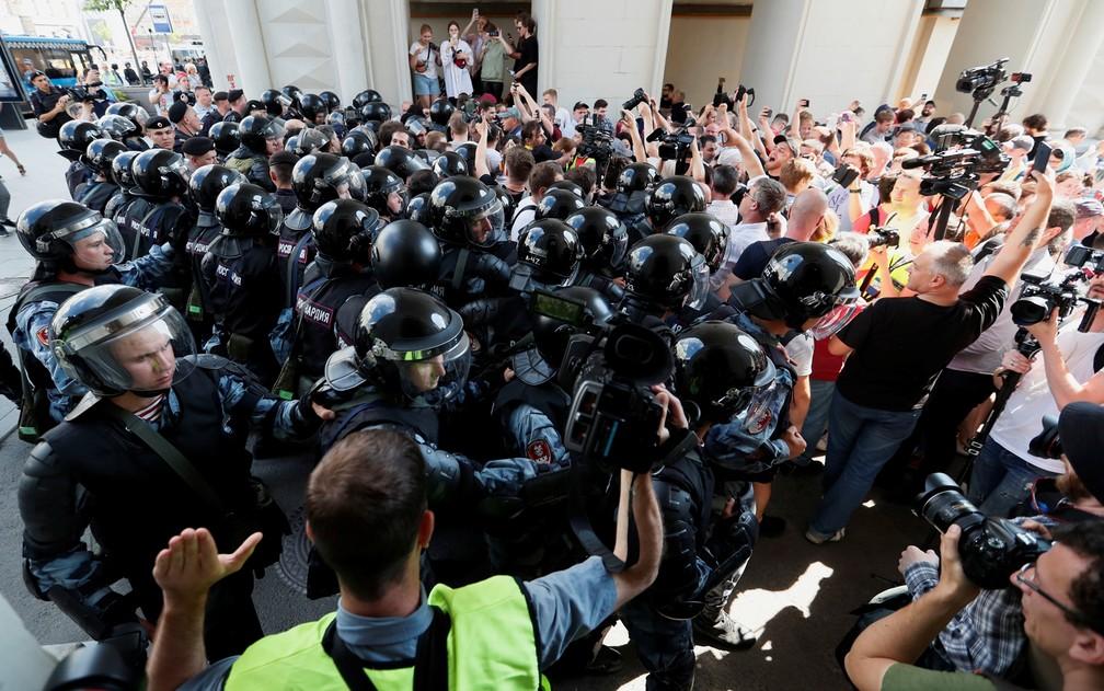 Policiais cercam multidão na concentração para protesto contra recusa de candidatos à Câmara de Vereadores de Moscou — Foto: Shamil Zhumatov/Reuters