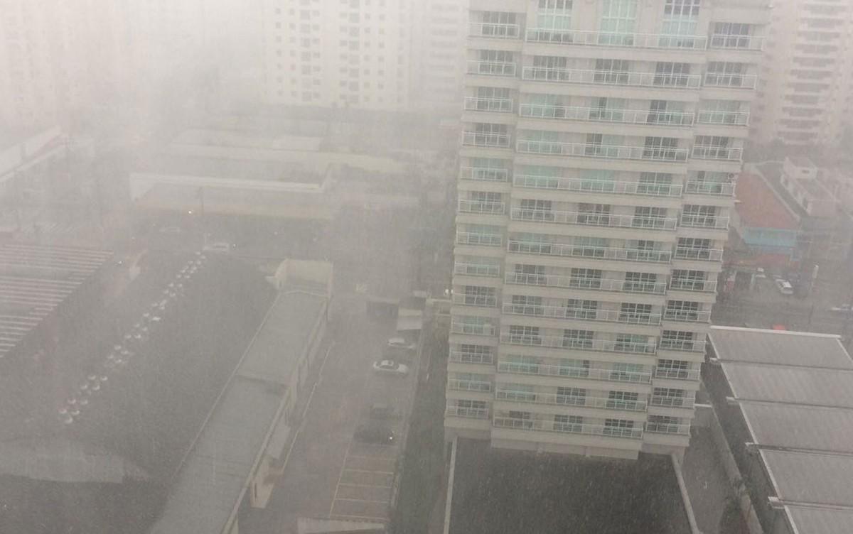 Em sábado quente, SP tem chuva de granizo e regiões da cidade entram em estado de atenção para alagamentos